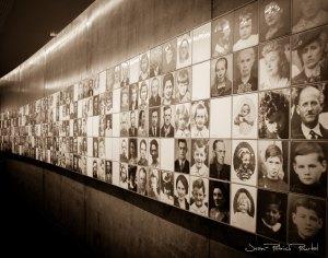 L'un des deux murs de photos des victimes du massacre d'Oradour-Sur-Glane réalisé par le Centre de la Mémoire du village.N'oubliez jamais que cela a eu lieu en raison de la folie de certains hommes qui se croyaient d'une race supérieure. Celui qui oublie est condamné à revivre le passé.