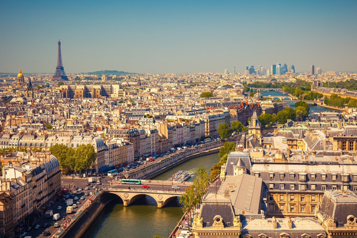 パリを流れる美しいセーヌ川と昼間の景色