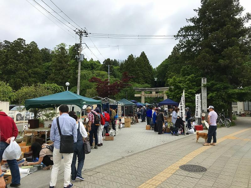 にぎわう神社の入り口