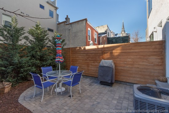 Apartment photography session : backyard with table and chairs