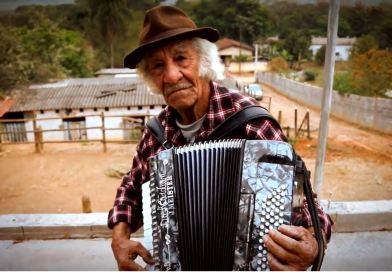 Aos 82 anos, sanfoneiro ibiunense grava clipe e toca numa FM pela primeira vez