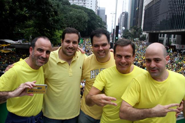 Políticos e personalidades contrários a Dilma Rousseff protestam de camisa amarela em cima de carro de som