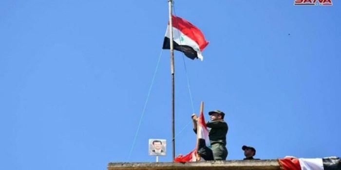 رفع العلم الوطني فوق مبنى الناحية ببلدة حر بنفسه بريف حماة الجنوبي بعد إخلائها من الإرهابيين