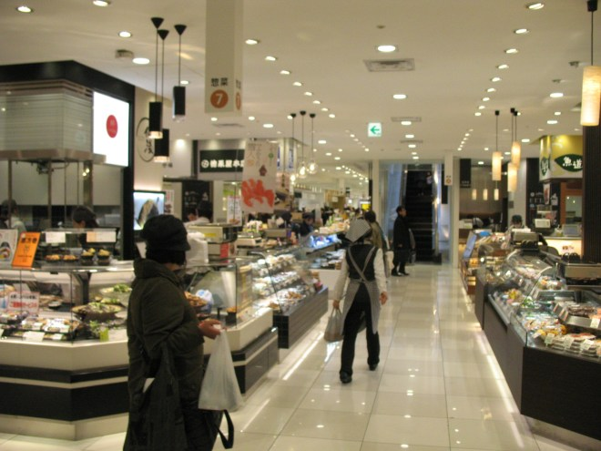 Most of department stores in Japan have lots of delicatessen at underground floor. (C) JP Rail