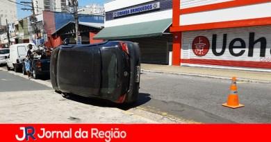 Carro tomba após colisão no Centro de Jundiaí