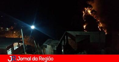 Mato pega fogo ao lado de barracos em Várzea Paulista
