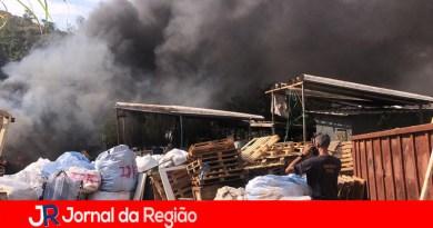 Defesa Civil de Campo Limpo apaga fogo em depósito de recicláveis