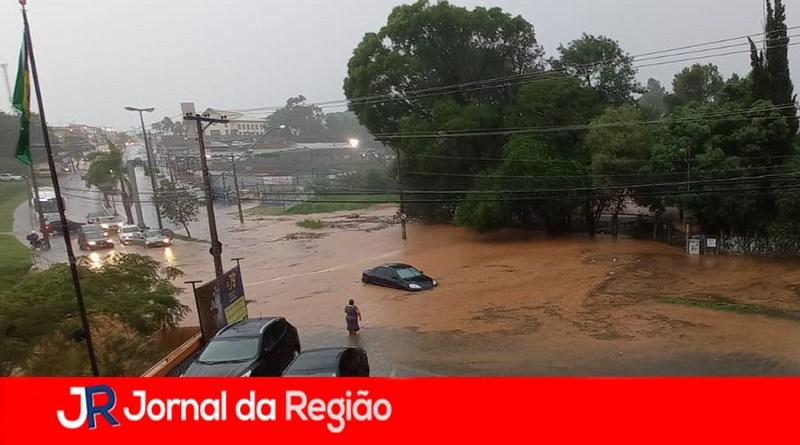 Rua da Várzea fica alagada em Jundiaí