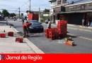 Carga de Coca-Cola cai sobre carro em Jundiaí