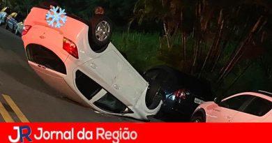 Carro capota depois de bater em dois veículos