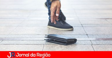 Criança joga a carteira do pai na rua. Ele pede devolução