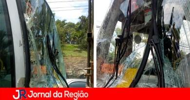 Ônibus bate na traseira de caminhão
