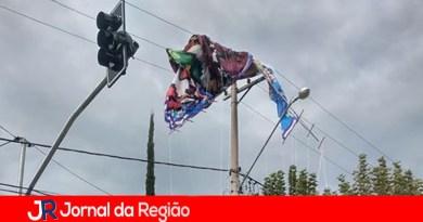 Balão cai sobre a rede elétrica no Vianelo