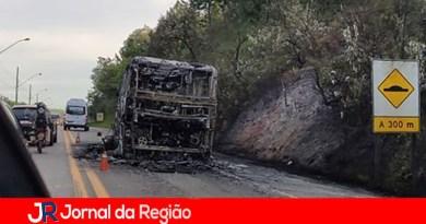 Ônibus pega fogo em rodovia, em Jarinu