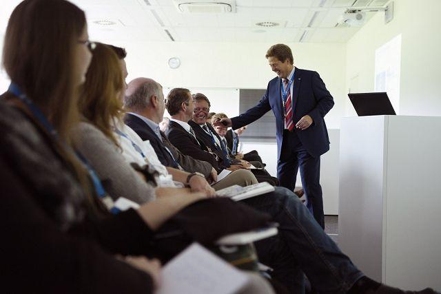 Gastgeber Professor Volker Stich (rechts) beglückwünscht Professor Peter Nyhuis zu seinem gelungenen Impulsvortrag (©David Wilms)
