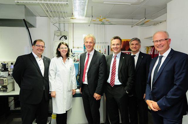 Bild: Minister J. Remmel (3. v.l.) mit Prof. D. Bathen, Dr. S. Haep, Dipl.-Ing. J. Schiemann, Dr. J. Türk und Dr. L. Gehrmann vom IUTA.