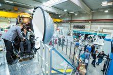 Tag der Simulation in Dortmund: In der Halle des RIF konnten industrielle Simulationsanwendungen vom Arbeitsmaschinen-simulator (Vordergrund) bis zur Robotersteuerung (Hintergrund) live erlebt werden. Foto: RIF - Alex Muchnik