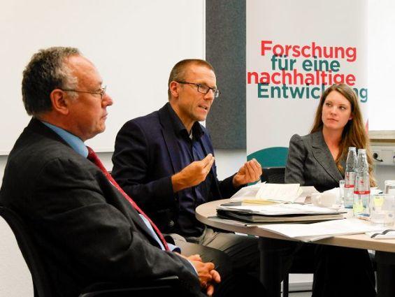 Prof. Dr. Uwe Schneidewind, Prof. Dr.-Ing. Oscar Reutter und Christin Hasken bei der Pressekonferenz am 12. Juli 2017 (v.l.n.r.) Foto: Wuppertal Institut