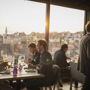 Über den Dächern von Aachen. Zeit zum Austausch und zum gemütlichen Tagesausklang während der Abendveranstaltung [© mika-photography.com]