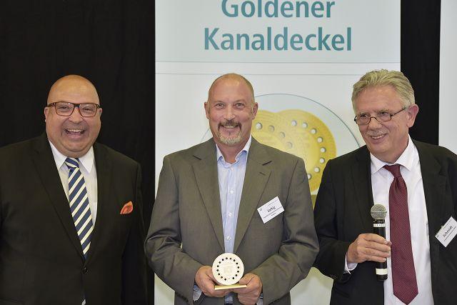 Goldener Kanaldeckel 2019 – 3. Platz: Hans-Jörg Schulz, Eigenbetrieb Stadtentwässerung Koblenz, entgegengenommen von seinem Kollegen Ralf Saftig