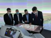 Bei seinem Besuch im VeLABi erprobt NRW-Verkehrsminister Wüst den digitalen Kartentisch. © DST / Cyril Alias