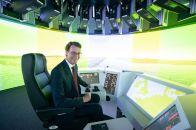 NRW-Verkehrsminister Wüst nimmt den Steuerstand im VeLABi-Simulator in Augenschein. © VM.NRW / Mark Hermenau
