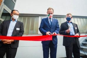Eröffnung des VeLABi: Prof. Dr. Bettar Ould el Moctar (links) und Dr. Rupert Henn (rechts) mit dem Staatssekretär im NRW-Verkehrsministerium, Dr. Hendrik Schulte (Mitte)