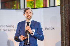 Dr. Piotr Cegielski gibt einen Einblick in seine Forschungsarbeit.