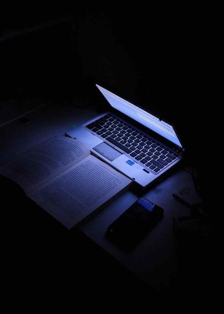 Ordenador encima de la mesa - Clases de programación en Jaén - Artesanía de Software