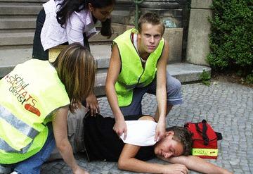Schulsanitäter beim Einsatz. Foto: Christian Homann