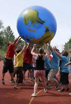 JRKler/-innen, die einen riesigen Weltkugel-Ball in die Luft werfen. Foto: JRK-Bildarchiv