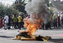 News24.com | SEE | Metro cops disperse group trying to pull down miner statue in Braamfontein