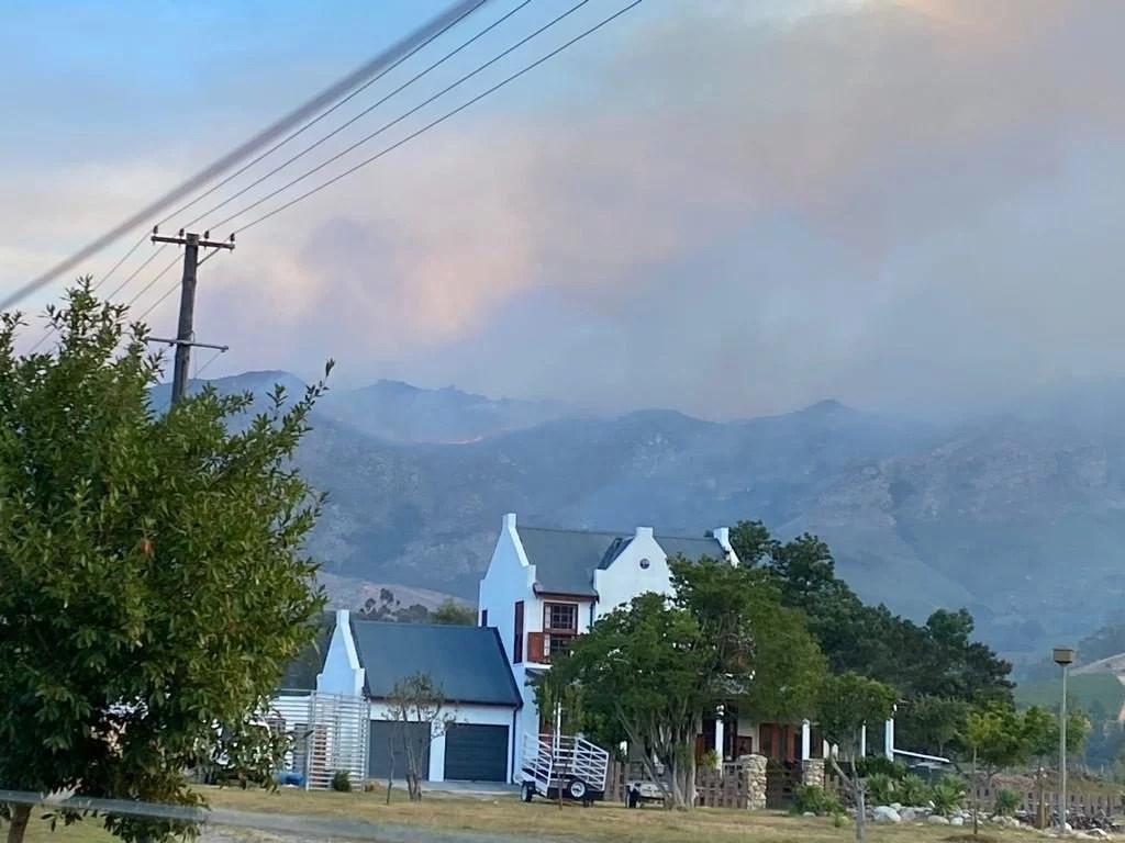 News24.com | Stellenbosch, Franschhoek fire: 2 firefighters injured, but progress in bringing blaze under control