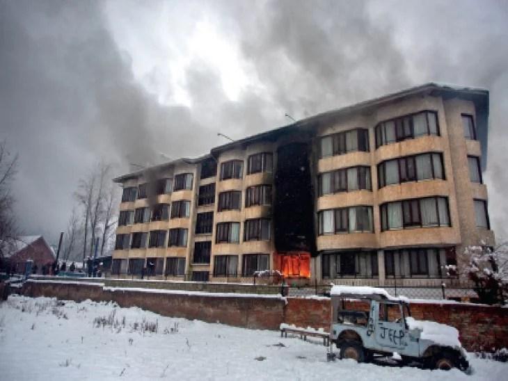 कश्मीर घाटी में लगातार गिर रहे बर्फ के बीच होटल में लगी आग; पर्यटकों को सुरक्षित बाहर निकाला गया