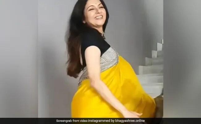 Bhagyashree ने पीली साड़ी में 'Lakeeran' सॉन्ग पर किया जोरदार डांस, देखें वायरल Video