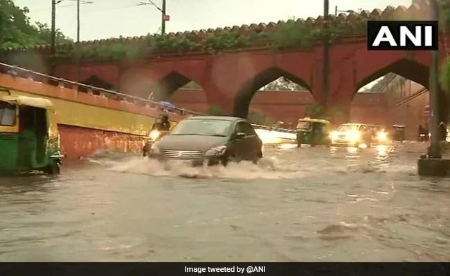 दिल्ली में हुई जोरदार बारिश, यमुना बाजार समेत कई इलाकों में सड़कें लबालब