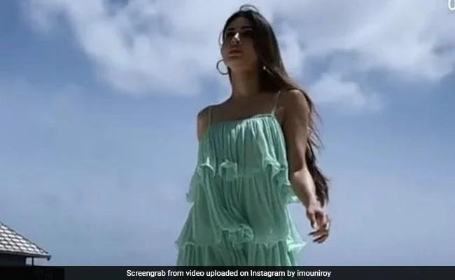 Mouni Roy समंदर किनारे स्टाइलिश अंदाज में वॉक करती आईं नजर, वायरल हुआ Video