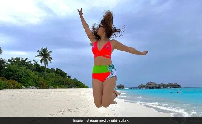 Rubina Dilaik मालदीव में समुद्र किनारे जंप लगाती आईं नजर , फैन्स बोले