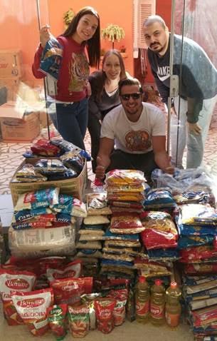 """Securitários da Argo Seguros entregam alimentos arrecadados internamente para a ONG """"Mãos na Massa"""". Divulgação"""