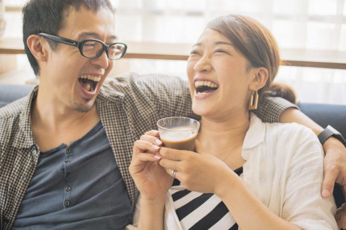 笑って話をする40代女性と彼氏