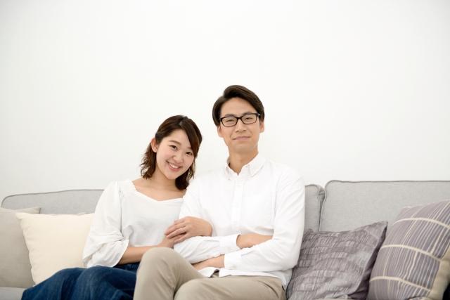 彼氏と腕を組む40代女性