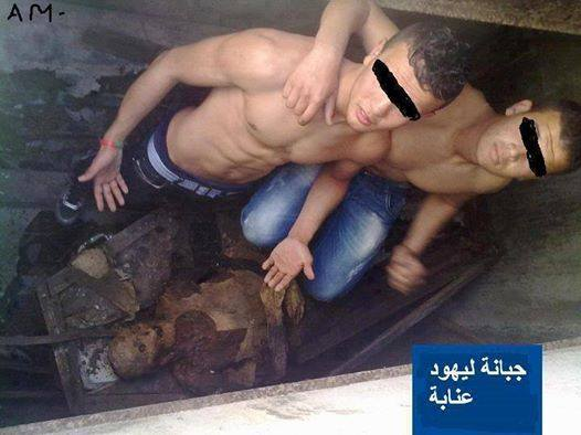 Argelinos árabes quite cuerpo judío de la tumba