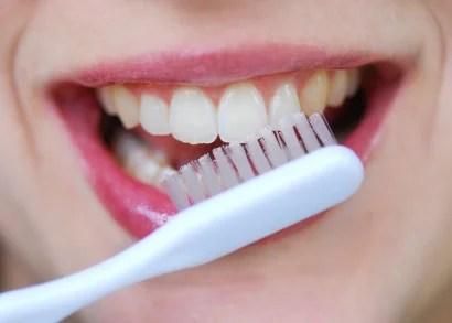 femme en train de se brosser les dents