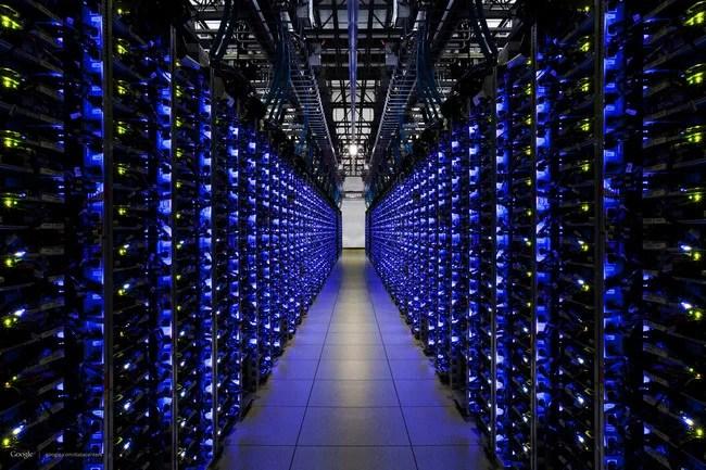 allée dans un datacenter informatique