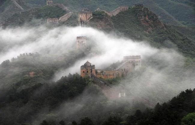 la grande muraille de Chine sous la brume