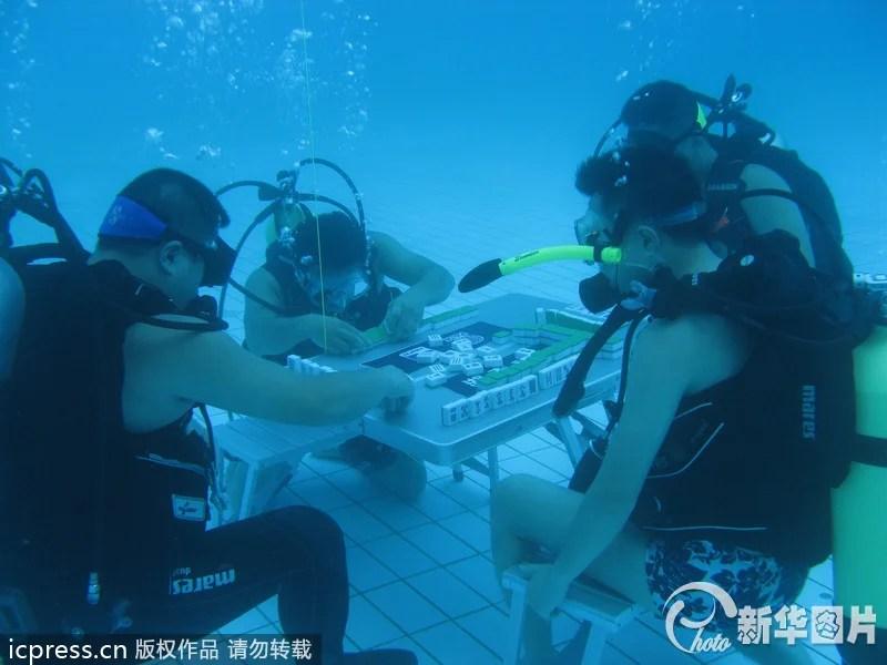 joueurs de mahjong chinois sous l'eau