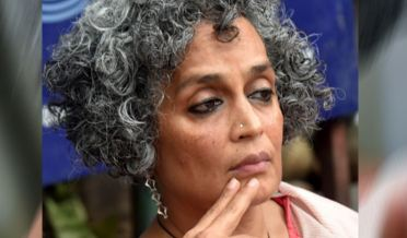 Indian Writer Woman Arun Dhati Roy Interview to media men in Dehlii