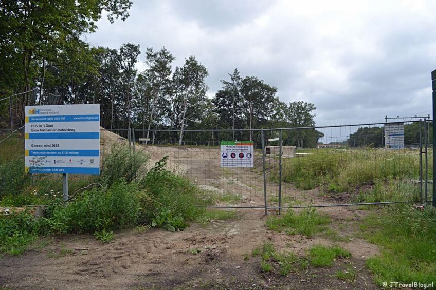 Afgesloten bouwterrein en wandelpad in Hilversum tijdens de 7e etappe van het Westerborkpad