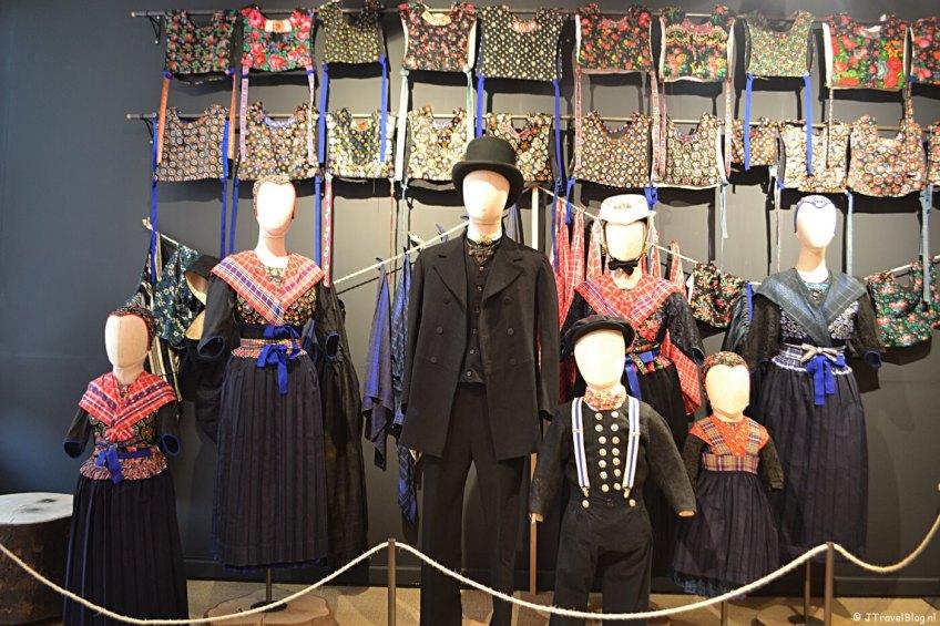 De klederdracht van Staphorst in het Klederdrachtmuseum in Amsterdam