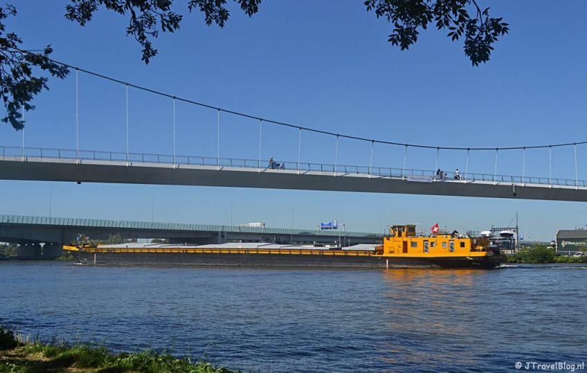 Het Amsterdam Rijnkanaal en de Nesciobrug tijdens de 1e etappe van het Westerborkpad